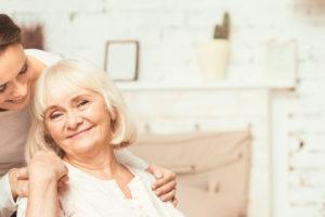 Aide soignante : vous permettez le maintien à domicile, ou le retour à la maison après hospitalisation et assurez les soins auprès de personnes âgées ou dépendantes