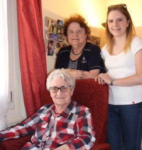 Une aidante, son proche dépendant et son aide à domicile